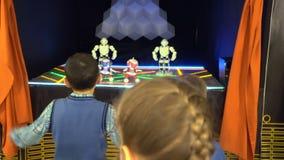 象移动阶段孩子黑色背景4K的迪斯科舞蹈家的小白靠机械装置维持生命的人 股票录像
