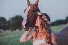 画象美丽的妇女长的头发下匹马 免版税库存照片