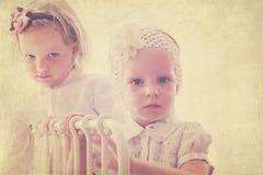 画象美丽的小女孩(姐妹)葡萄酒样式的 免版税库存照片
