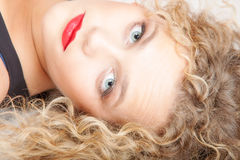 画象美丽的白肤金发的女孩在地板演播室射击做说谎 库存照片