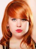 画象美丽的年轻红发妇女 免版税图库摄影