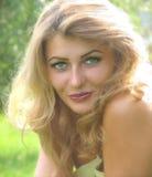 画象美丽,微笑的女孩接近。 免版税图库摄影
