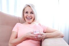画象美好的中部早晨变老了妇女饮用水 图库摄影