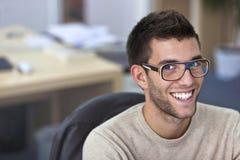 画象聪明一个英俊的年轻人在办公室 免版税库存照片