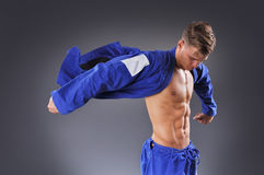 画象英俊肌肉Jiu Jitsu战斗机摆在 库存图片