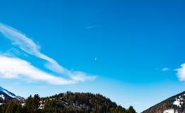 象草的小山和天空美好的上面在巴伐利亚 库存照片
