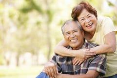 画象资深亚洲夫妇在公园 免版税库存图片