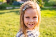 画象逗人喜爱的小女孩在春天或夏日 图库摄影