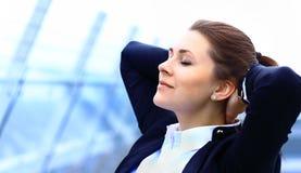 画象逗人喜爱年轻女商人放松 免版税库存照片