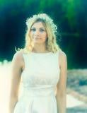 画象,佩带头状花序花圈的可爱的白肤金发的妇女 免版税库存图片