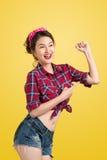 象经典之作的年轻画报妇女我们可以做它在黄色的海报 免版税库存图片