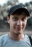 画象年轻蓝眼睛的人在公园 免版税库存照片