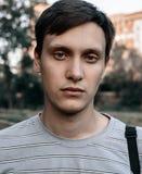 画象年轻蓝眼睛的人在公园 免版税库存图片