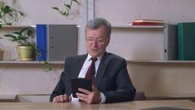 画象年长人有与家庭的朋友的录影电话 股票录像