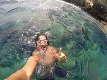 画象selfie游泳者在海 免版税库存照片