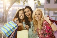 Shopaholic女性朋友微笑愉快 免版税库存照片