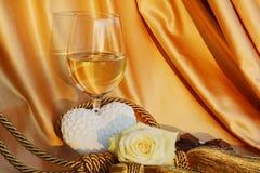 豪华、华伦泰和爱概念 酒,玫瑰色和心脏 免版税库存图片
