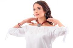 豪华、首饰和时尚概念 与项链的一个年轻模型 库存照片