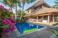 豪华、经典之作和私有巴厘语样式别墅与室外的水池 免版税库存照片