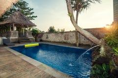 豪华、经典之作和私有巴厘语样式别墅与室外的水池 库存照片