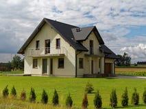 豪华三重房子在庭院里 免版税图库摄影