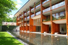 豪华与庭院和水池的大厦木门面 库存图片