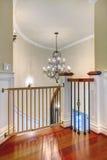 豪华与枝形吊灯和harwood的弯曲的楼梯。 库存图片