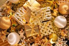 豪华与礼物盒的金子主题的假日贺卡 库存照片
