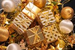 豪华与礼物盒的金子主题的假日贺卡 图库摄影