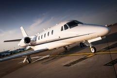 豪华企业喷气机停放了在机场柏油碎石地面 免版税库存图片