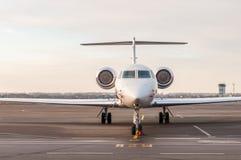 豪华企业喷气机在机场站立并且为上准备 私有航空器正面图 库存图片