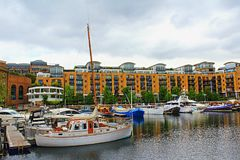 豪华住宅区圣Katharine靠码头小游艇船坞伦敦 库存照片