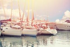 豪华停放的现代马达游艇小游艇船坞船坞在海 免版税库存照片