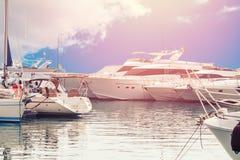 豪华停放的现代马达游艇小游艇船坞船坞在海 库存图片