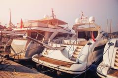 豪华停放的现代马达游艇小游艇船坞船坞在海 库存照片