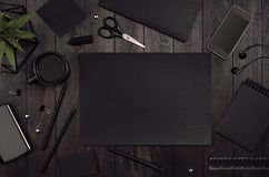 豪华公司本体模板,有黑白纸文具的工作地点在黑暗的高雅木头板设置了 库存照片