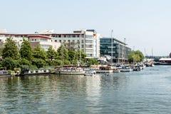 豪华公寓和小船在布里斯托尔小游艇船坞旁边 库存图片