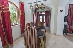 豪华公寓客厅室内设计有用餐的tabl 免版税库存照片