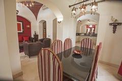 豪华公寓客厅室内设计有用餐的tabl 免版税库存图片