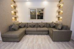 豪华公寓客厅室内设计  免版税库存照片
