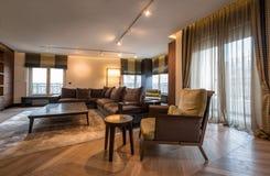 豪华公寓的内部,现代开放学制客厅 库存图片