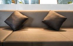 豪华内部休息室装饰枕头 免版税库存照片