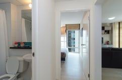 豪华内部客厅、卫生间和卧室 图库摄影