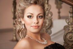 有金刚石首饰的白肤金发的妇女与发型和构成 免版税库存图片