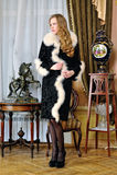 豪华内部的美丽的妇女。 免版税图库摄影