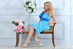 豪华内部的美丽的白肤金发的妇女。 免版税库存照片