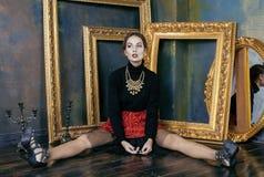 豪华内部近的秀丽富有的深色的妇女 免版税图库摄影