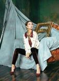 豪华内部近的空的框架的秀丽富有的深色的妇女,佩带的时尚穿衣,生活方式人概念 免版税库存照片