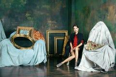 豪华内部近的空的框架的秀丽富有的深色的妇女,佩带的时尚穿衣,生活方式人概念 免版税库存图片