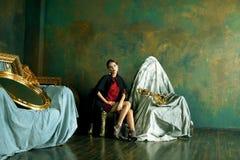 豪华内部近的空的框架的秀丽富有的深色的妇女, 图库摄影